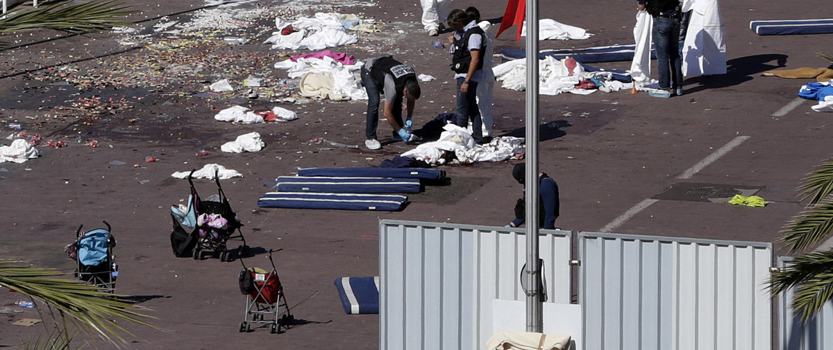 """***CORRECCIÓN PIE** GRA044. NIZA, 15/07/2016.- Investigadores de la policía en una de las zonas del Paseo de los Ingleses, donde anoche un camión arrolló a una multitud que presenciaba los fuegos artificiales de la fiesta nacional del 14 de Julio en Niza, causando la muerte de al menos 80 personas. La Fiscalía Antiterrorista ha asumido la investigación del caso. El propio presidente del país, François Hollande, dijo en un mensaje a la nación que """"no se puede negar el carácter terrorista"""" del acto, y añadió que """"toda Francia está bajo la amenaza del terrorismo islamista"""". El conductor del camión, único ocupante del vehículo, fue abatido por las fuerzas de seguridad tras haber recorrido unos dos kilómetros por el Paseo de los Ingleses, uno de los más emblemáticos de la ciudad mediterránea, embistiendo a su paso a todo aquel con quien se cruzaba. EFE/Alberto Estévez EFE/Alberto Estévez"""