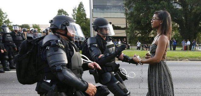 EE_UU___la_fotograf__a_de_la_mujer_afroamericana_que_se_enfrenta_sola_a_polic__as_antidisturbios_en_Baton_Rouge_y_se_volvi___viral.jpg