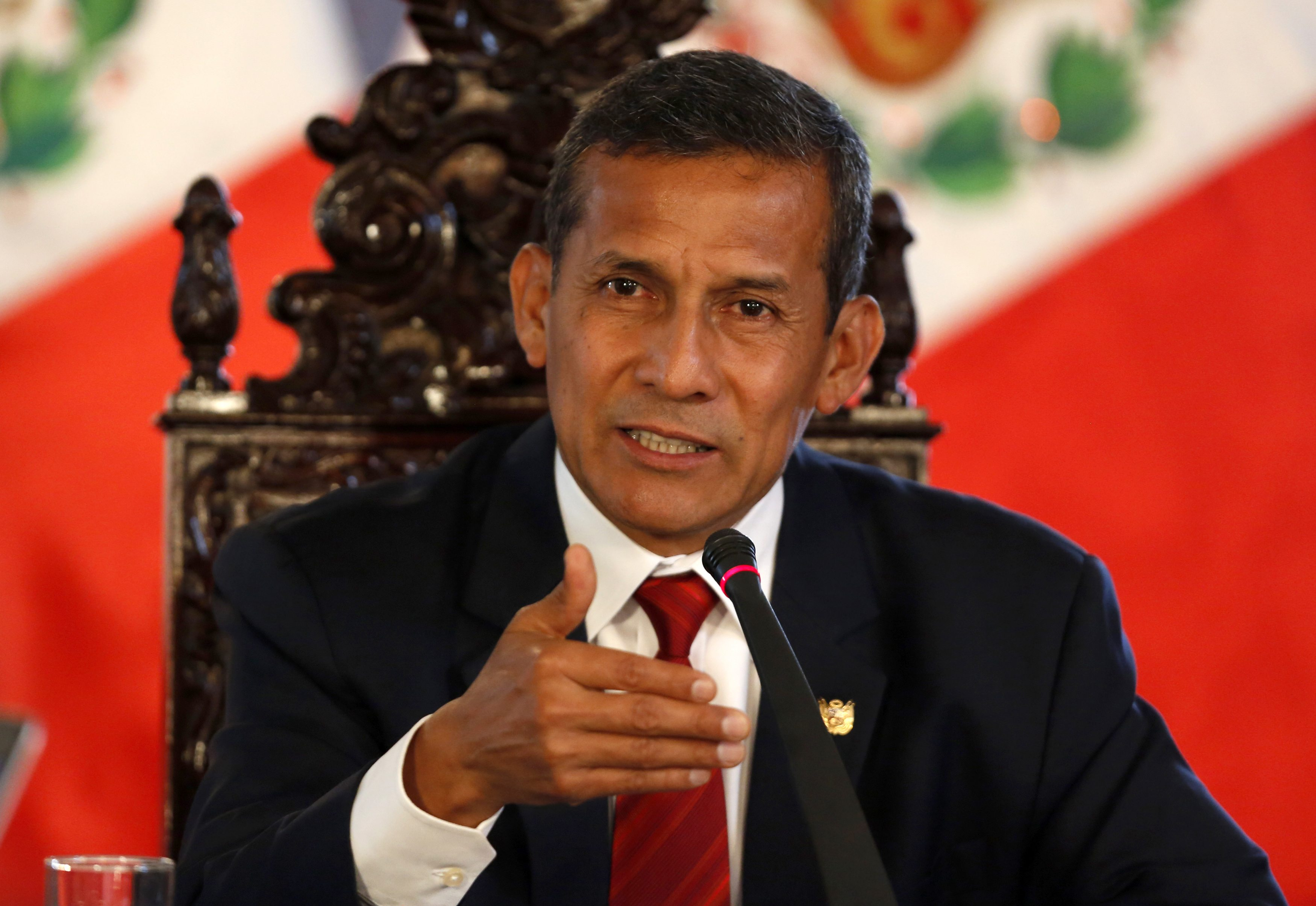Peru's President Ollanta Humala talks to the media during a meeting with the foreign press at the government palace in Lima, March 2, 2015.  REUTERS/ Mariana Bazo  (PERU - Tags: POLITICS)
