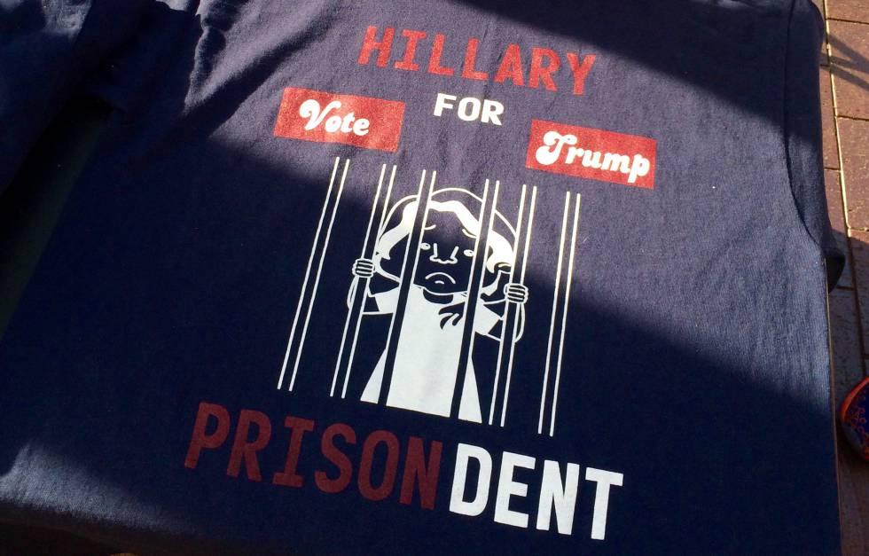 Una de las camisetas contra Clinton que se venden en los alrededores de la convención J. FAUS