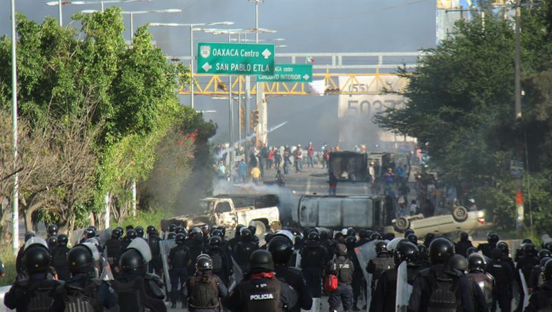 Protesta-de-educadores-en-Oaxaca-México.-EFE