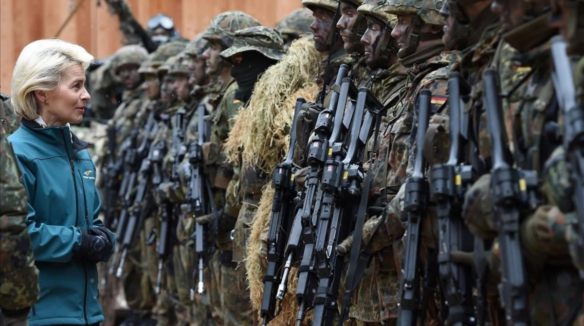 FILES  This file photo taken on March 23  2016 shows German Minister of Defense Ursula von der Leyen  C  posing with mountain infantry soldiers of the mountain infantry brigade 23 after she watched an exercise near the Bavarian village Bad Reichenhall  southern Germany  on March 23  2016  Ending a quarter century of uninterrupted cuts  German army will experience its first increase since 1990  the government announced on May 10  2016    AFP PHOTO   CHRISTOF STACHE
