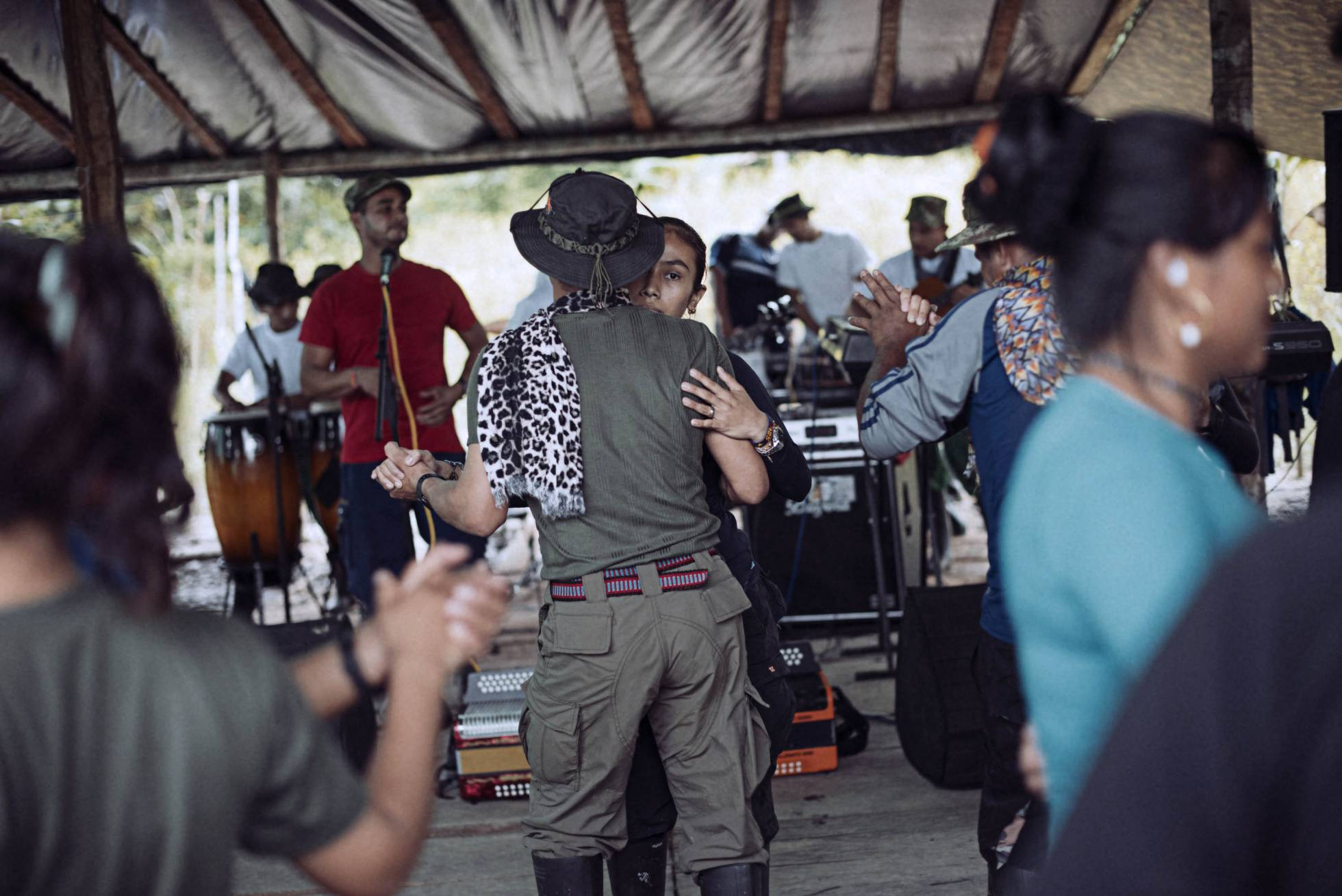 Una pareja baila en un asentamiento de las FARC en Mecaya, en la región de Putumayo (Colombia).