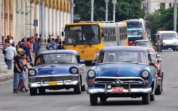 El régimen de la isla establece tarifas fijas y los transportistas reclaman la venta de combustible a precios subsidiados para hacer frente a la medida oficialista