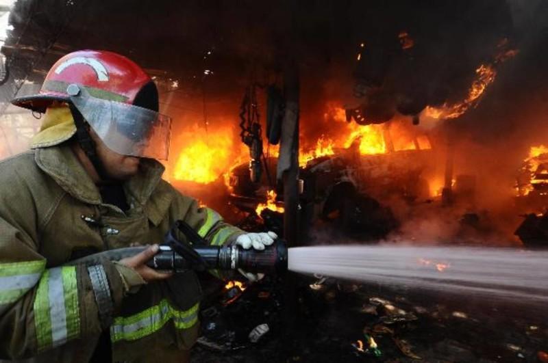 un incendio consumio casi en su totalida un taller en la troncal del
