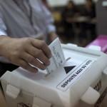 GRA188. TEGUCIGALPA (HONDURAS), 24/11/2013.- Un hombre deposita su voto en un colegio electoral de Tegucigalpa, Honduras, hoy 24 de noviembre de 2013, con motivo de las elecciones generales en este país centroamericano que definirán si continúa el bipartidismo tradicional o llega por primera vez la izquierda al poder. EFE/Saul Martinez