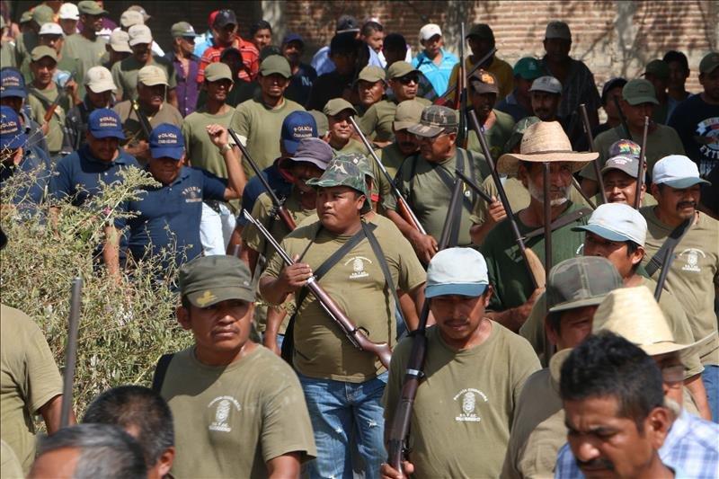 Policías comunitarios cierran la carretera Federal México- Acapulco