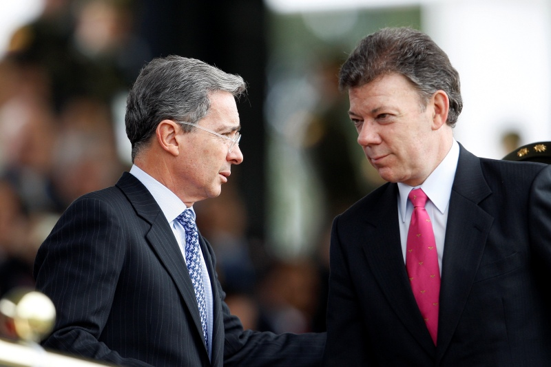 Colombian President Alvaro Uribe (L) speaks with Defense Minister Juan Manuel Santos during an army ceremony at the Police School in Bogota May 11, 2009. Santos resigned on May 18 to run for the presidency in 2010 if Uribe decides to step aside when his second term ends. Picture taken May 11, 2009.  REUTERS/Jose Miguel Gomez   (COLOMBIA POLITICS MILITARY)