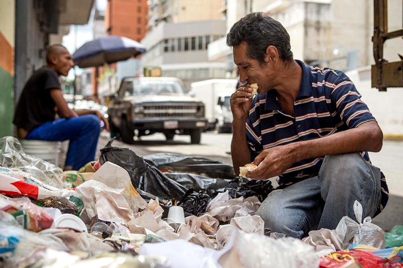 Hombre come basura en Venezuela para poder alimentarse