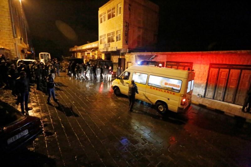 Una canadiense murió y otros turistas fueron tomados como rehenes el domingo por un grupo de hombres armados que se atrincheró en un castillo medieval en el sur de Jordania después de matar al menos a cuatro policías en un tiroteo. En la imagen, policías jordanos y una ambulancia en las cercanías del Castillo de Karak, el 18 de diciembre de 2016. REUTERS/Muhammad Hamed