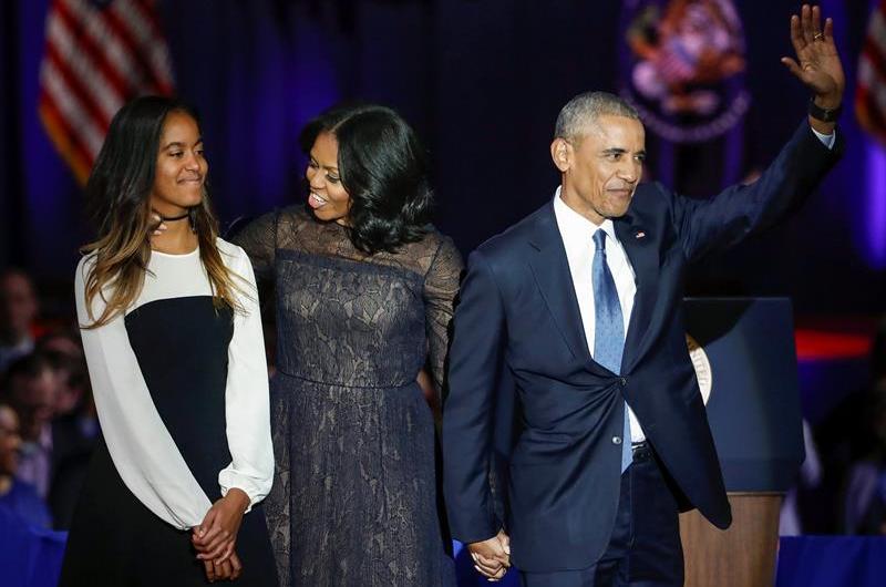 Barack Obama acompañado de su hija y su esposa Michelle Obama