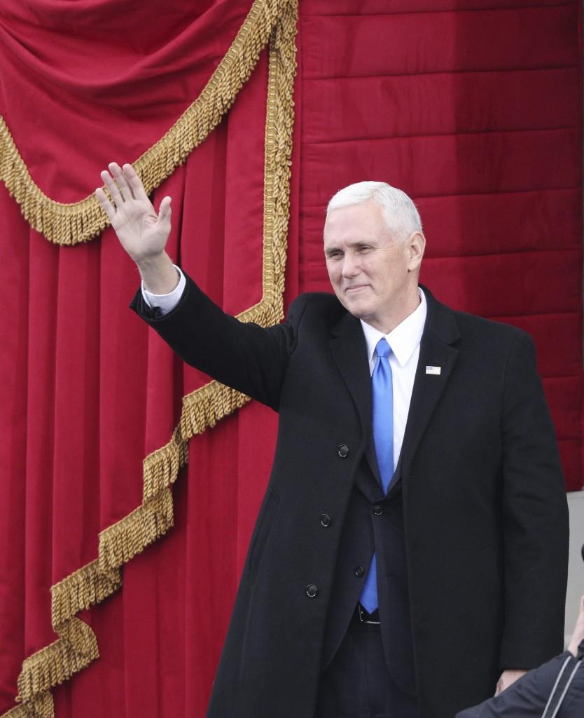 PEN02 WASHINGTON DC (ESTADOS UNIDOS) 20/01/2017.- El vicepresidente electo Mike Pence llega al Capitolio para asistir a la ceremonia de investidura de Donald J. Trump como 45º presidente de los Estados Unidos en Washington DC (Estados Unidos) hoy, 20 de enero de 2017. EFE/Justin Lane