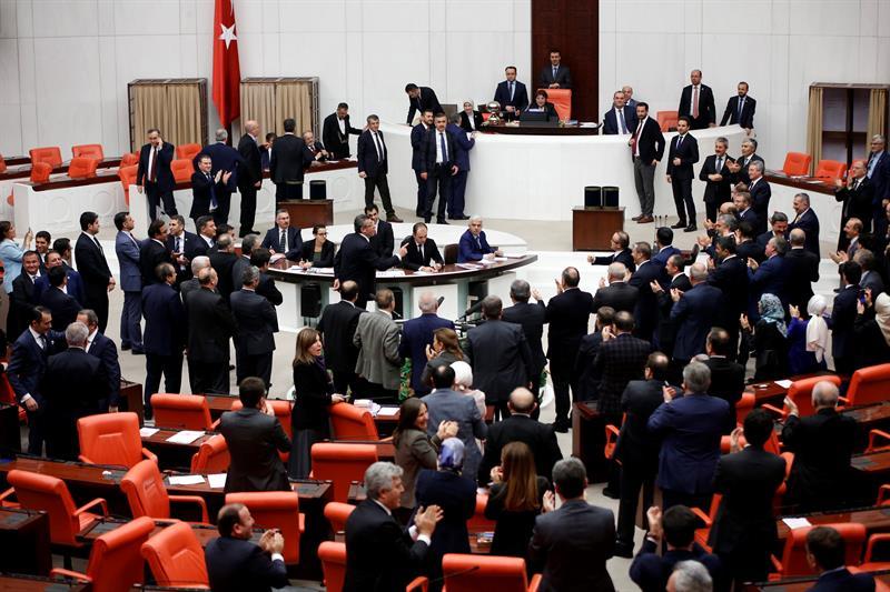 Los diputados del principal partido opositor Partido Público Republicano discuten con legisladores del gobernantePartido Justicia y Desarrollo durante el debate de la reforma de la constitución en el Parlamento en Ankara (Turquía) hoy, 19 de enero de 2017. EFE