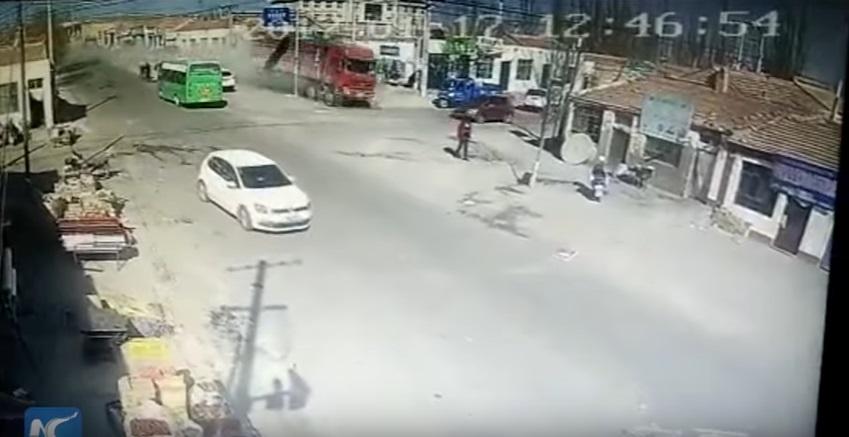El asombroso accidente de un camión en China