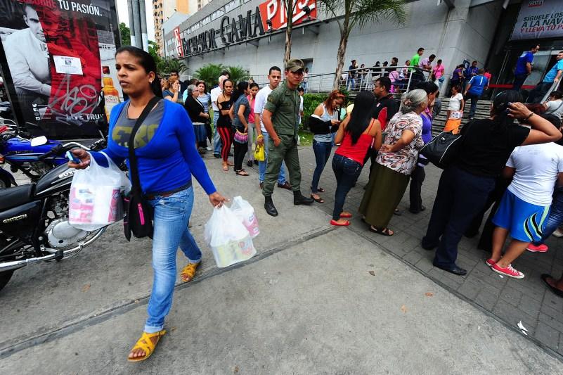 Las interminables colas que deben hacer los venezolanos para comprar comida en lo supermercados.
