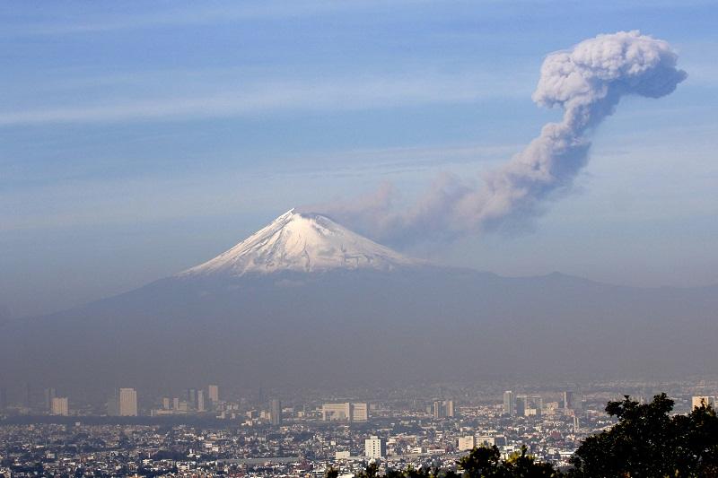 41228046. Puebla, Pue.-El volcán Popocatépetl mantiene una actividad con exhalaciones de vapor de agua y ceniza en las últimas 24 horas. El semáforo permanece en amarillo fase 2 con paso restringido en un radio de 12 kilómetros al cráter al volcán. NOTIMEX/FOTO/CARLOS PACHECO/CPP/DIS/