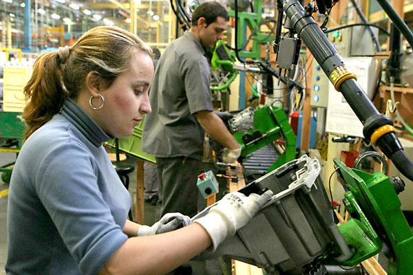 mujer y hombre trabajando