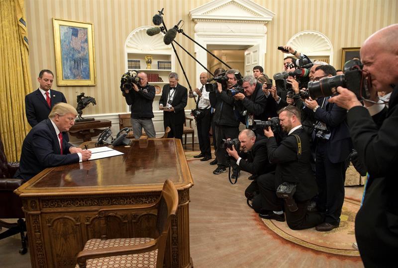 """Trump firma su primera orden ejecutiva para """"aliviar las cargas"""" del Obamacare"""