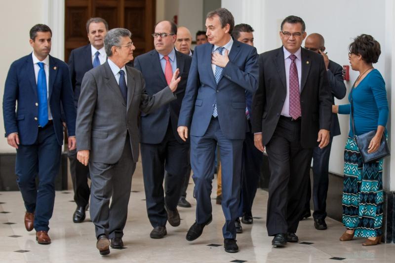 CAR19. CARACAS (VENEZUELA) 19/05/2016.- El expresamente de España Jose Luis Zapatero (c) sale de una reunión, acompañado del presidente de la Asamblea Nacional de Venezuela, Henry Ramos Allup (c-i) hoy, jueves 19 de mayo del 2016, en Caracas (Venezuela). Zapatero se reunió hoy con los principales líderes de la opositora Mesa de la Unidad Demcorática (MUD), un día después de que lo recibiera el presidente de Venezuela, Nicolás Maduro. EFE/MIGUEL GUTIERREZ