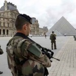 Paris Louvre militares