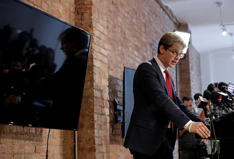 l editor principal de Breitbart News, Milo Yiannopoulos, habla con los medios de comunicación durante una conferencia de prensa en la ciudad de Nueva York (Estados Unidos). EF