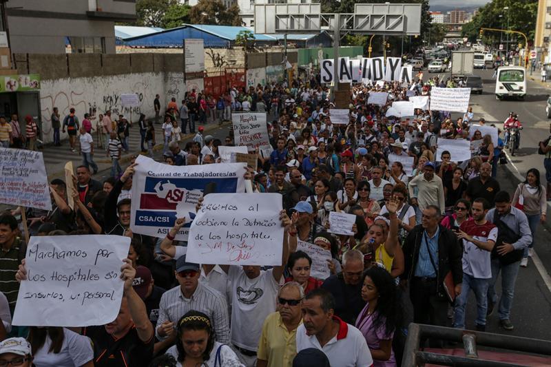 Trabajadores de la salud participan en una manifestación hoy, martes 7 de febrero de 2017, en las principales calles del centro de Caracas (Venezuela). EFE