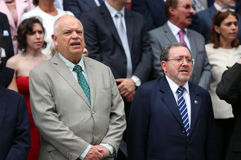 El presidente saliente de la Suprema Corte de Justicia de Uruguay, Ricardo Pérez Manrique (i), y el presidente entrante, Jorge Chediak (d). EFE