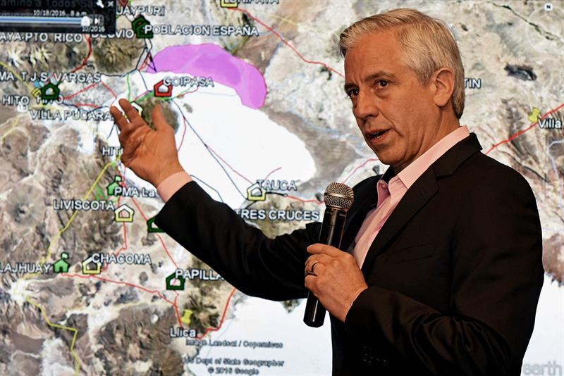 El vicepresidente del país, Álvaro García Linera, habla hoy, lunes 20 de marzo de 2017, en Santa Cruz (Bolivia), durante una rueda de prensa, donde explicó los hechos que ocurrieron en el marco de una operación boliviana contra tres camiones con contrabando procedentes de Chile. EFE