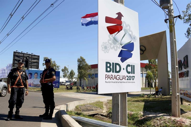El presidente del Banco Interamericano de Desarrollo (BID), Luis Alberto Moreno, brinda una conferencia de prensa hoy, jueves 30 de marzo de 2017, durante la 58 reunión anual del BID en Luque (Paraguay). EFE