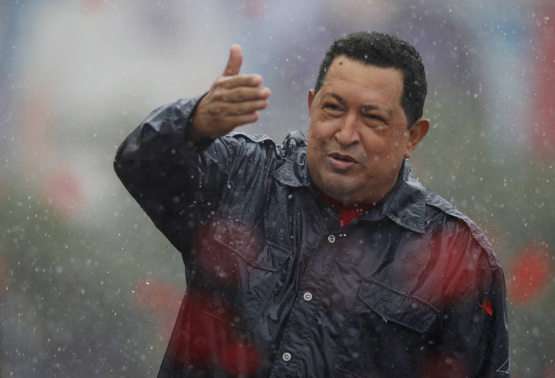 Venezuela's President and presidential candidate Hugo Chavez gestures to supporters during his closing campaign rally in Caracas October 4, 2012. REUTERS/Tomas Bravo (VENEZUELA - Tags: POLITICS ELECTIONS)