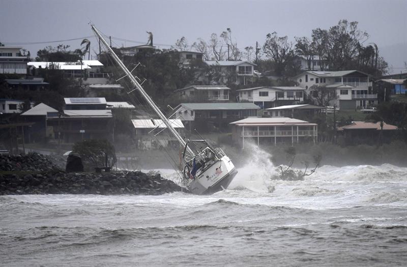 Vista de un bote volteado en Shute Harbour, Airlie Beach, (Australia) hoy, miércoles 29 de marzo de 2017, a causa del paso del ciclón Debbie. EFE