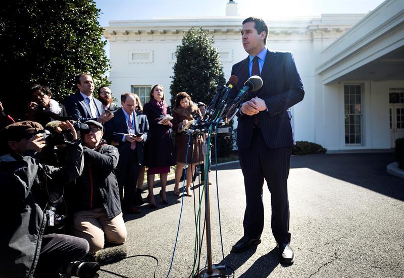 El presidente del Comité de Inteligencia de la Cámara baja, Devin Nunes, durante una rueda de prensa tras su reunión con el presidente de EE.UU., Donald Trump, delante de la Casa Blanca en Washington, Estados Unidos. EFE