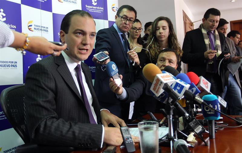 El superintendente de Servicios Públicos de Colombia, José Miguel Mendoza (i), habla durante una rueda de prensa hoy, martes 14 de marzo de 2017, en Bogotá (Colombia). EFE