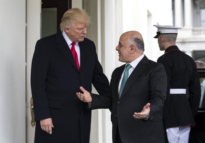 El presidente estadounidense Donald Trump (i) recibe al primer ministro iraquí, Haidar al Abadi (d) en la Casa Blanca, Washington, Estados Unidos EFE
