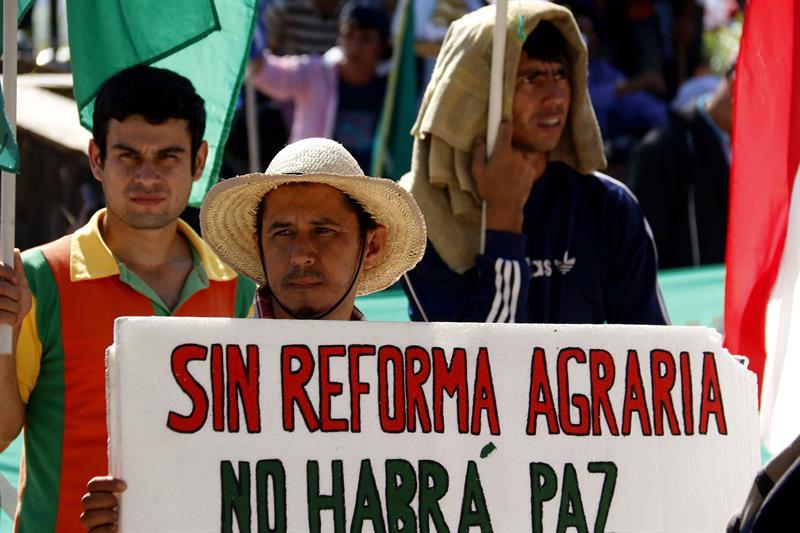 Vista de campesinos que marchan en el centro de Asunción (Paraguay) hoy, miércoles 29 de marzo de 2017. EFE