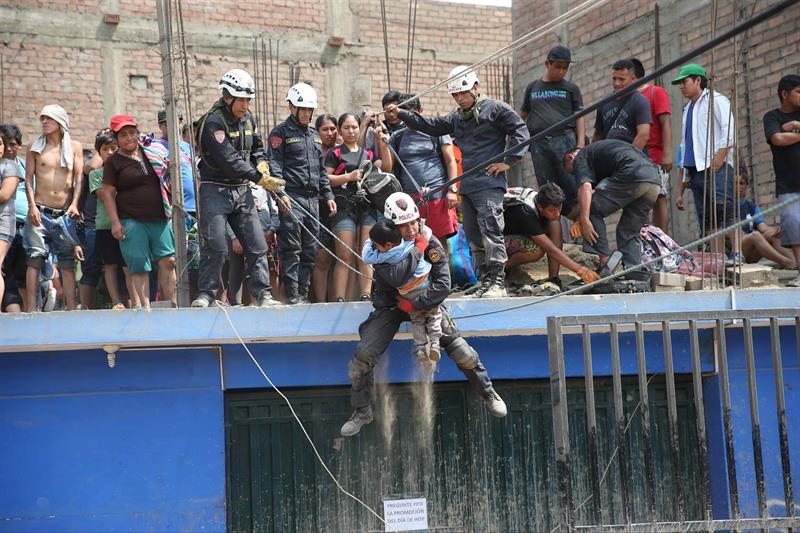 Personal de la policía nacional del Perú rescata hoy, viernes 17 de marzo del 2017, a personas atrapadas por las inundaciones producidas por el desborde de los ríos Rímac y Huaycoloro en el sector denominado Carapongo al este de la ciudad de Lima (Perú). EFE