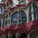 """A picture taken on April 23, 2017 shows Gaudi's """"Casa Batllo"""" facade decorated with roses in Barcelona, on Saint George's day. Traditionally men give women roses and women give men a book to celebrate the Catalan holiday also know as """"The Day of the Rose"""" or """"The Day of the Book"""". / AFP PHOTO / Josep LAGO"""