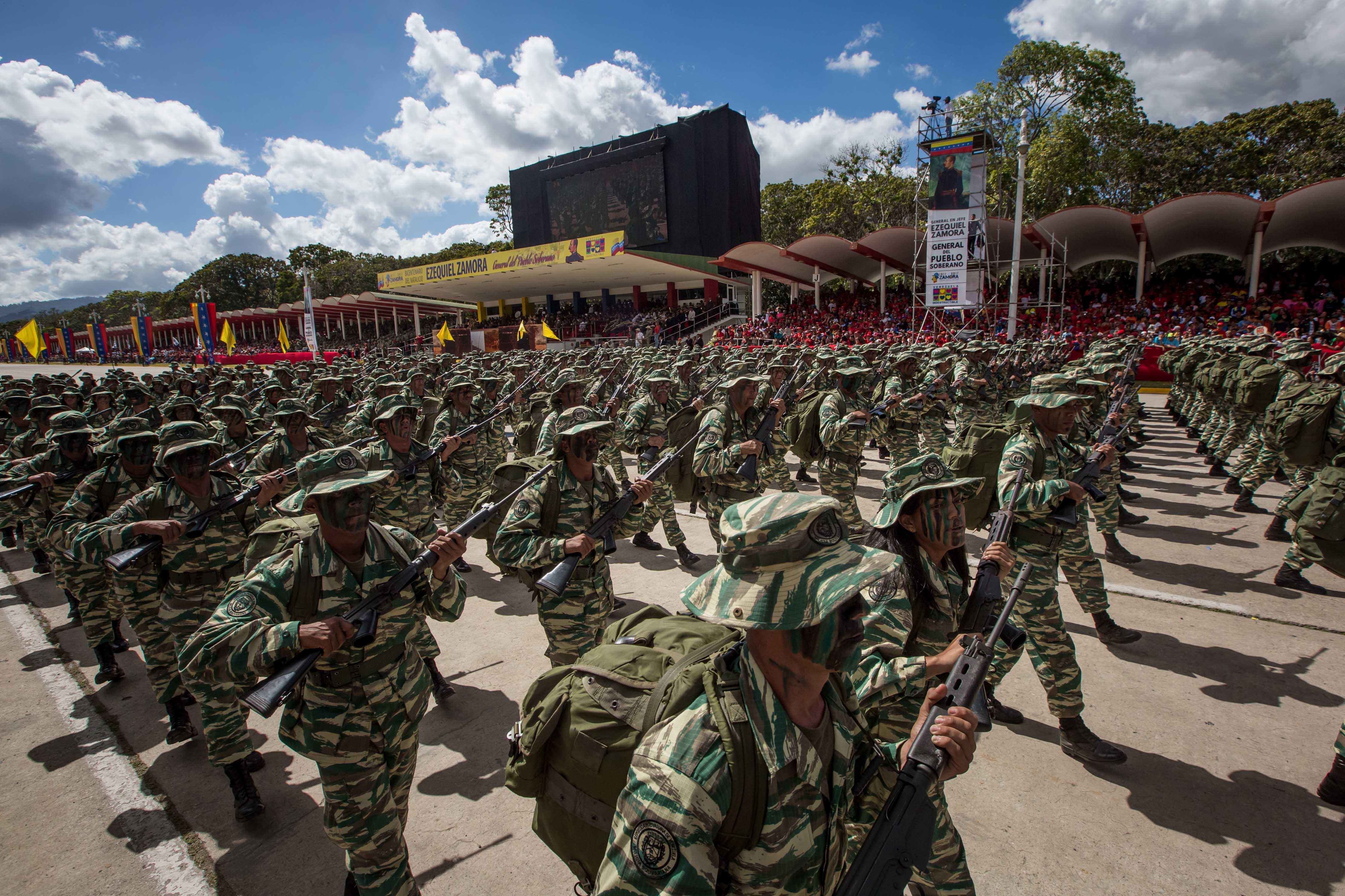 """CAR11. CARACAS (VENEZUELA), 01/02/2017.- Soldados participan en un desfile militar en honor del general Ezequiel Zamora hoy, miércoles 1 de febrero de 2017, en Caracas (Venezuela). El Gobierno de Venezuela celebró hoy los 200 años del natalicio del general Ezequiel Zamora, un personaje histórico venezolano que el chavismo considera un """"héroe"""" y a quien el opositor y expresidente del Parlamento Henry Ramos Allup calificó de """"negrero"""" y """"esclavista"""". EFE/Miguel Gutiérrez"""