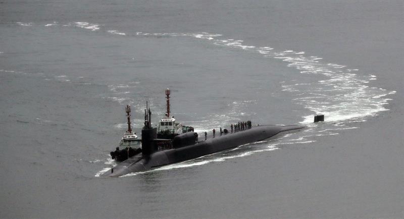 Foto: El submarino nuclear USS Michigan de EE.UU llega a la base naval en el puerto de Busán (Corea del Sur). EFE