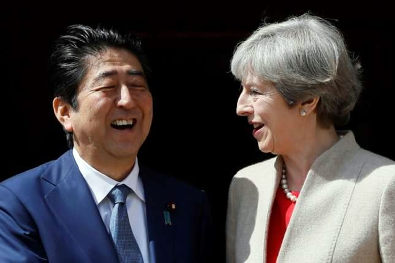 Shinzó Abe y Teresa May 03