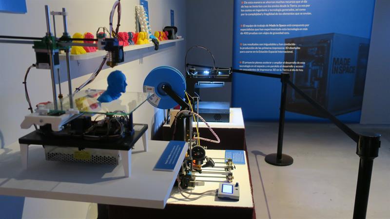 """Fotografía del 23 de marzo de 2017 en la que se observa una impresora 3D en la exhibición """"Misión Futuro"""" en el edificio de la Fundación Telefónica en Buenos Aires (Argentina). EFE"""