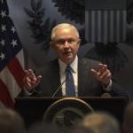 El fiscal general, Jeff Sessions, pronuncia su discurso sobre la inmigración ilegal en el palacio de la justicia en Central Islip de Nueva York, Estados Unidos. EFE