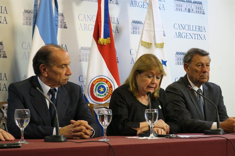 De izquierda a derecha, los ministros de Exteriores de Brasil, Aloysio Nunes; la de Argentina, Susana Malcorra y el de Uruguay, Rodolfo Nin Novoa, participan en una reunión hoy, sábado 1 de abril de 2017, en Buenos Aires (Argentina).EFE