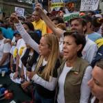 Lilian Tintori (2-d) y María Antonieta de López (c), esposa y madre del líder opositor venezolano Leopoldo López, participan en una marcha opositora hoy, viernes 28 de abril de 2017, en Los Teques (Venezuela). EFE