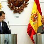 El presidente del Gobierno español, Mariano Rajoy (i), habla en una rueda de prensa junto al presidente de Uruguay, Tabaré Vázquez (d), hoy, miércoles 26 de abril de 2017, luego de una reunión en la sede de la Presidencia de la República en Montevideo (Uruguay). EFE