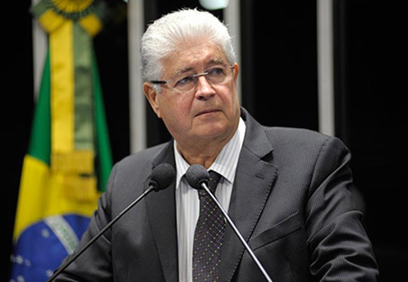 Senador  Roberto Requião, quién propuso la ley. Folha
