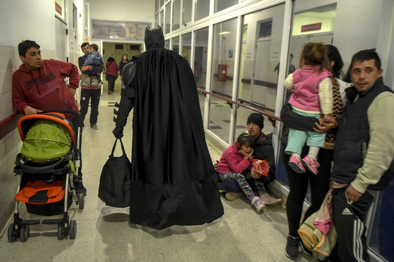 Argentine Batman leaves the 'Sor Maria Ludovica' children's Hospital in La Plata, 60 kilometres south of Buenos Aires, on June 2, 2017. The Argentine Batman has made La Plata children's hospital a target of laughter and treats against pain. / AFP PHOTO / Eitan ABRAMOVICH / TO GO WITH AFP STORY BY PAULA BUSTAMANTE MORE PICTURES IN AFPFORUM
