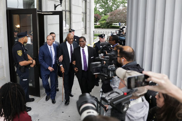 Bill Cosby (C) leaves the Montgomery County Courthouse on June 6, 2017 in Norristown, Pennsylvania, after the second day on trial for sexual assault. Former Temple University employee Andrea Constand alleges the 79-year-old actor and comedian Cosby drugged and molested her in 2004. / AFP PHOTO / DOMINICK REUTER
