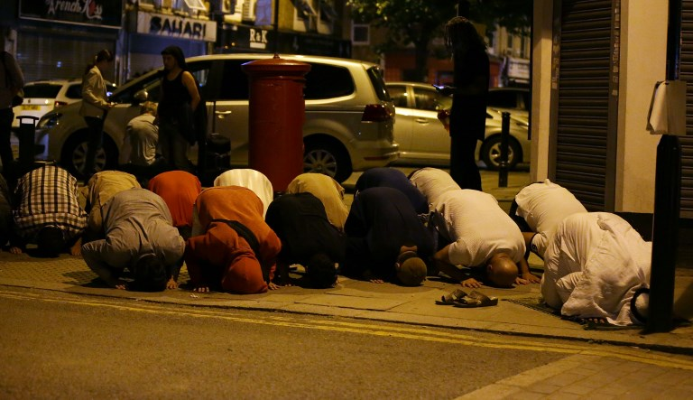 Muslims pray on a in the Finsbury Park area of north London after a vehichle hit pedestrians, on June 19, 2017.  One person has been arrested after a vehicle hit pedestrians in north London, injuring several people, police said Monday, as Muslim leaders said worshippers were mown down after leaving a mosque. / AFP PHOTO / Daniel LEAL-OLIVAS