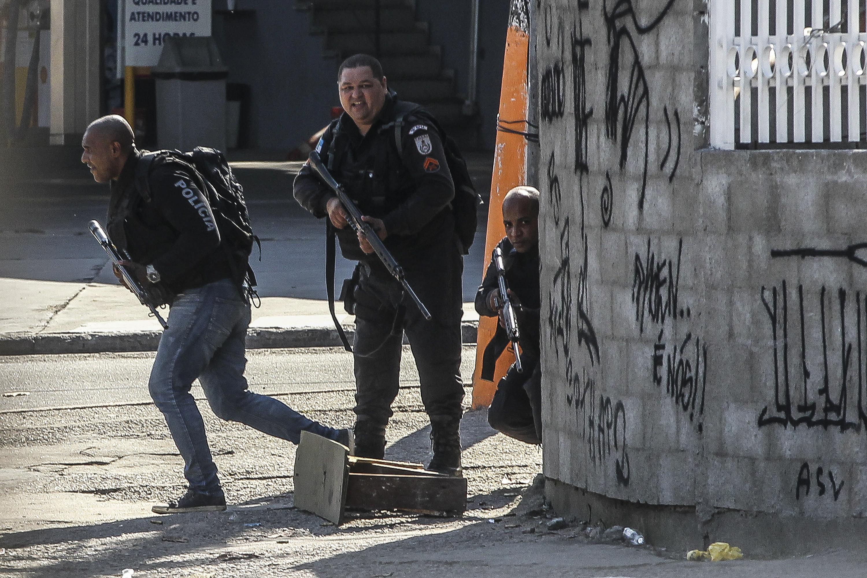 BRA100. RÍO DE JANEIRO (BRASIL), 12/06/2017.- Miembros de la policía realizan hoy, lunes 12 de junio de 2017, un operativo contra el narcotráfico en la favela Cidade de Deus, en Río de Janeiro (Brasil). EFE/Antonio Lacerda
